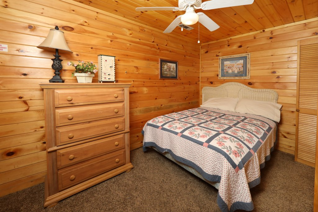 Photo of a Pigeon Forge Cabin named Four Seasons #193 - This is the twenty-second photo in the set.
