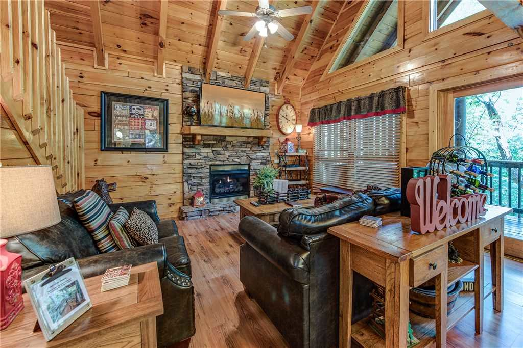 Photo of a Pigeon Forge Cabin named Holly Berry - This is the first photo in the set.