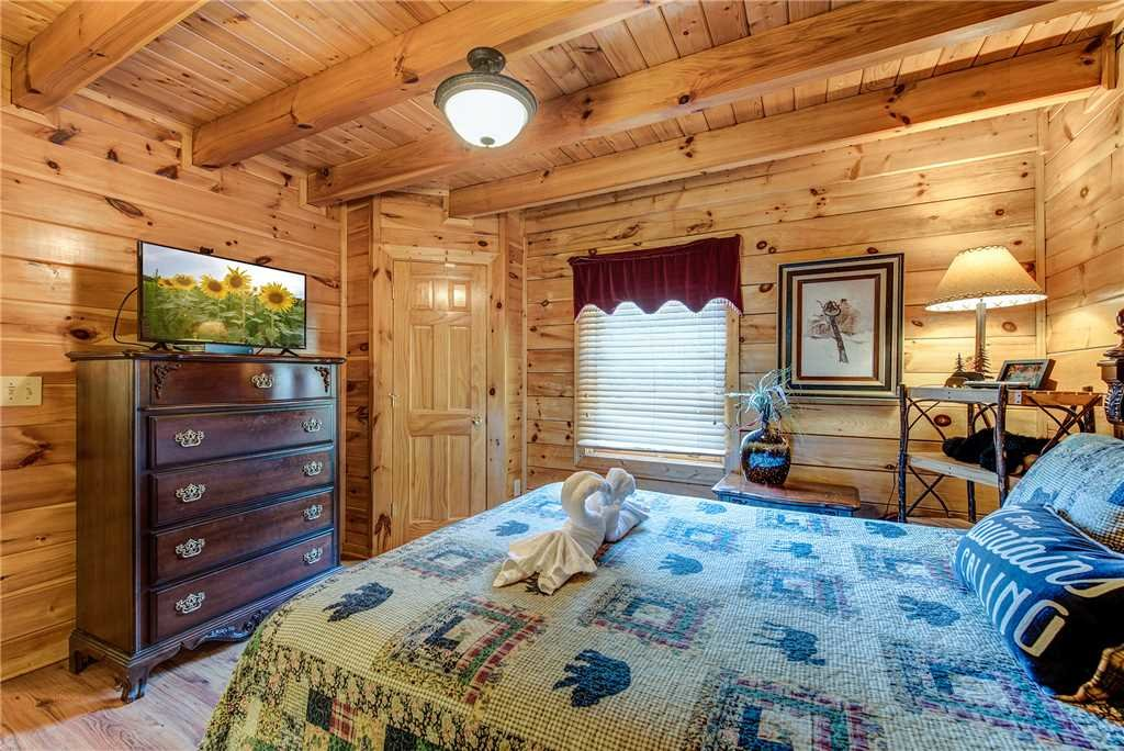 Photo of a Pigeon Forge Cabin named Holly Berry - This is the fifteenth photo in the set.
