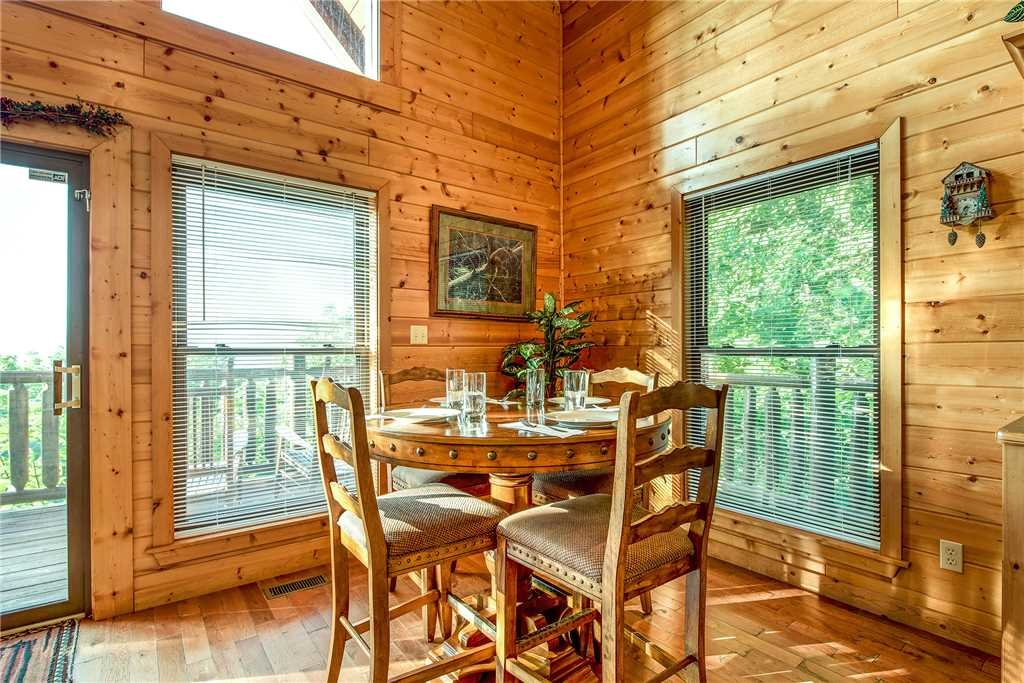 Photo of a Pigeon Forge Cabin named Bear Bluffs - This is the fifth photo in the set.