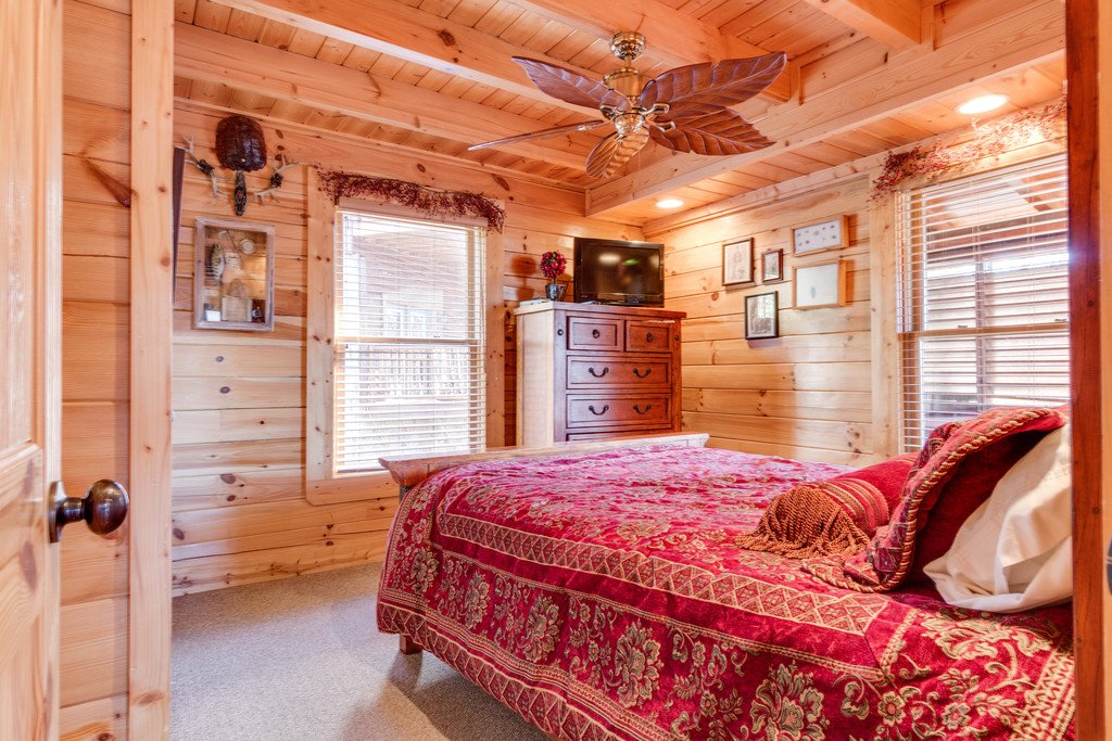 Photo of a Pigeon Forge Cabin named Crazy Horse - This is the eighteenth photo in the set.