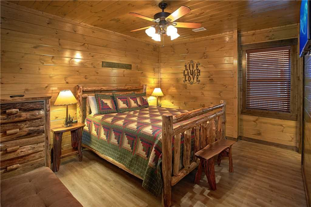 Photo of a Pigeon Forge Cabin named Mountain Splash Lodge - This is the fourteenth photo in the set.