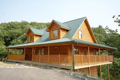 Pet Friendly Spacious Cabin with Wrap-Around Deck, Game Room & WiFi. *Free Tickets to Shows and Activities Included*