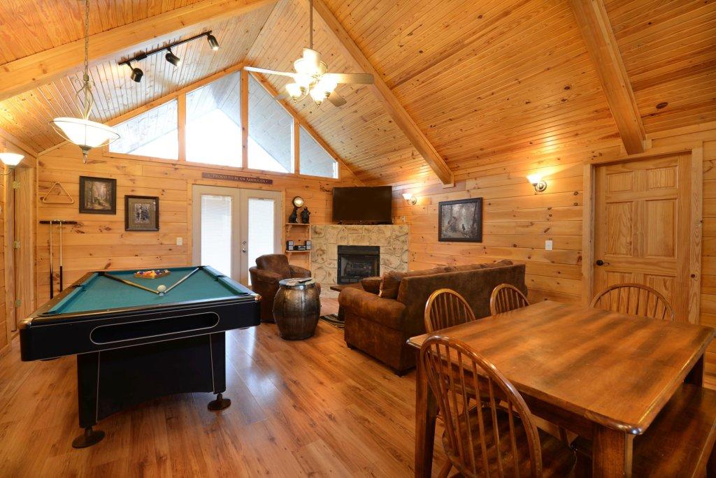 bear haven 297 cabin in sevierville w 2 br sleeps6. Black Bedroom Furniture Sets. Home Design Ideas