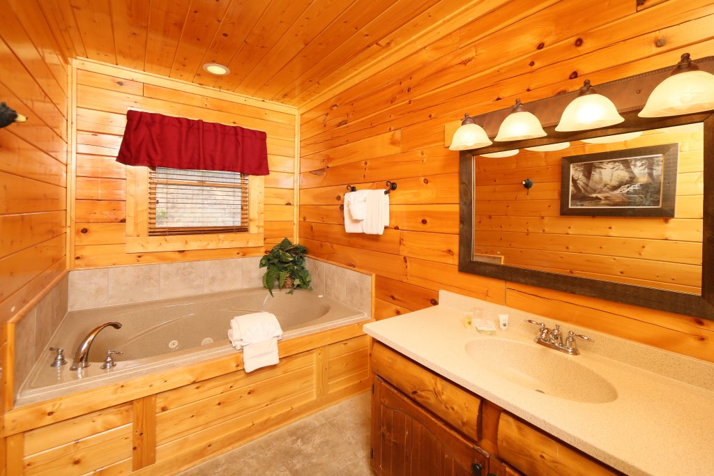 Photo of a Pigeon Forge Cabin named Wavyleaf Retreat - This is the twentieth photo in the set.