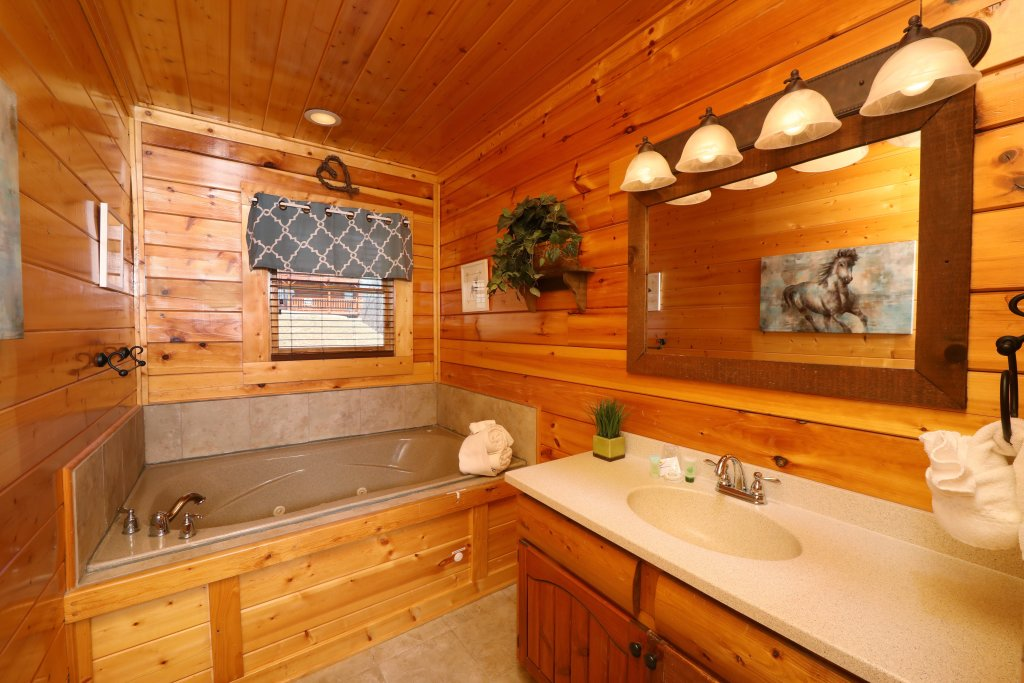 Photo of a Pigeon Forge Cabin named Ridgetop Theatre Lodge - This is the seventeenth photo in the set.