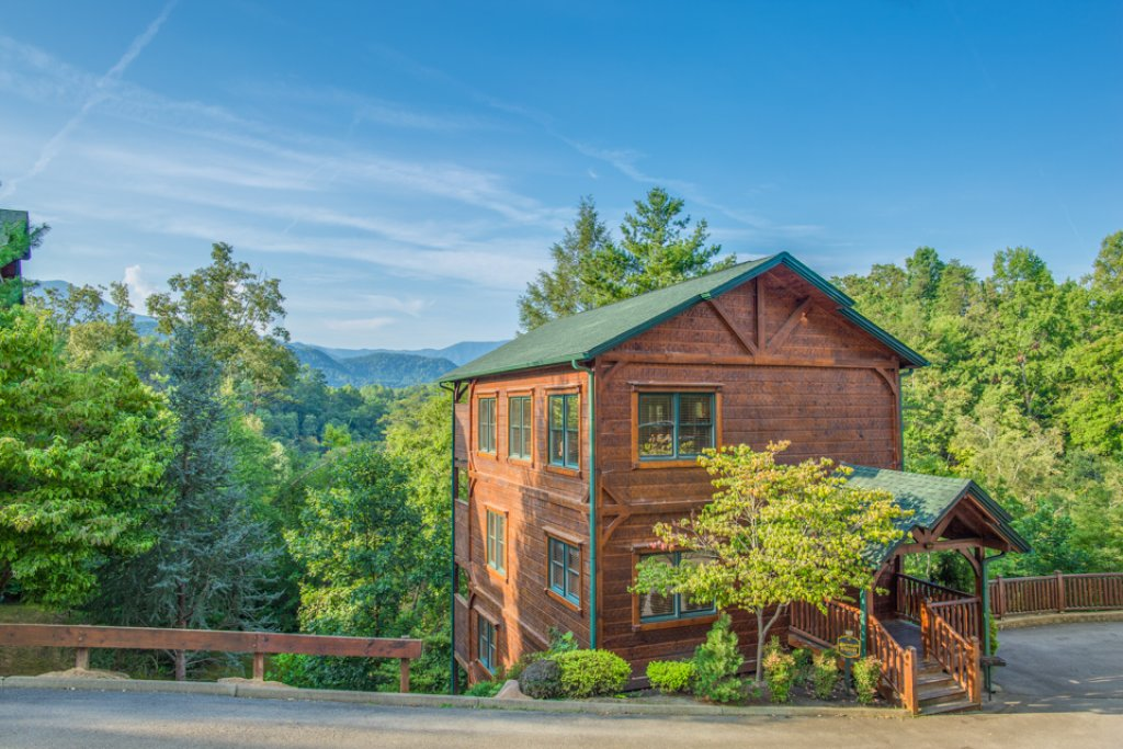 Gatlinburg majesty cabin in gatlinburg w 4 br sleeps14 for Smoky mountain nc cabin rentals