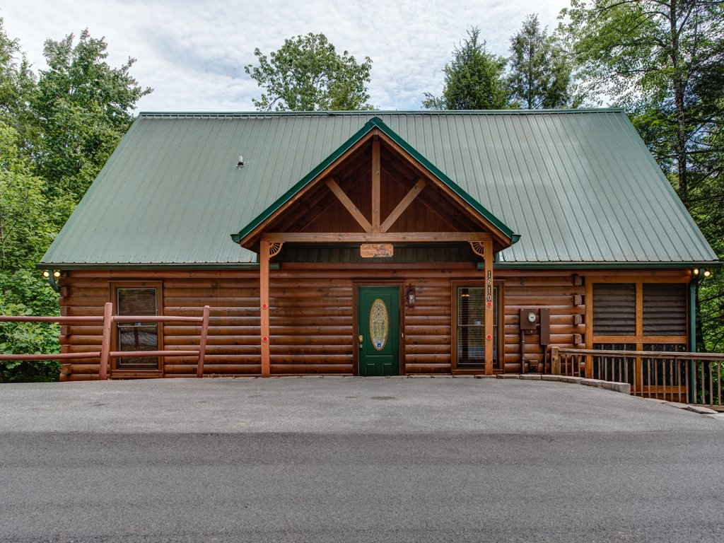 Photo of a Gatlinburg Cabin named Gentle Ben's Den - This is the first photo in the set.