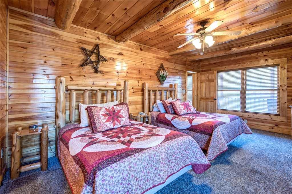 Photo of a Gatlinburg Cabin named Hemlock Inn - This is the twenty-eighth photo in the set.