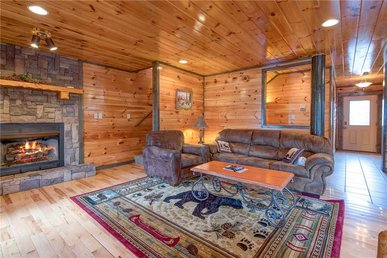 Standing Bear Lodge, 5 Bedrooms, Pool Table, Air Hockey, Hot Tub, Sleeps 18