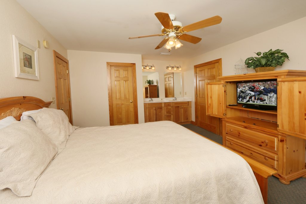 Photo of a Pigeon Forge Cabin named Oak Tree Lodge (#3) - This is the fourteenth photo in the set.