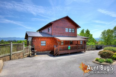 4 Bedroom 4 Bath Cabin with Magnificent Mountain Views near Dollywood.