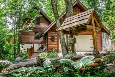 Private Cozy Cabin on 1.5 Acres for wooded hideaway