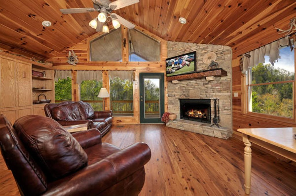 Photo of a Pigeon Forge Cabin named Whispering Waters - This is the third photo in the set.