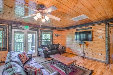 Pine Tree Lodge, 8 Bedrooms, Pool Table, Theater, Hot Tub, Wifi, Sleeps 38