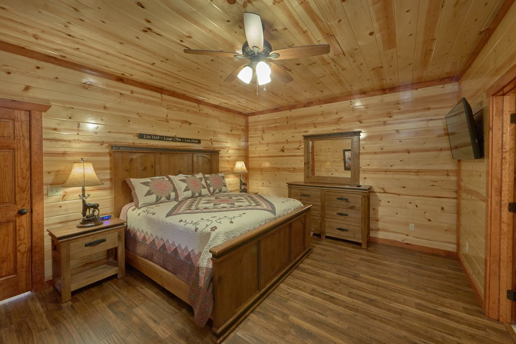 Photo of a Pigeon Forge Cabin named Summit Pool Lodge - This is the twenty-third photo in the set.