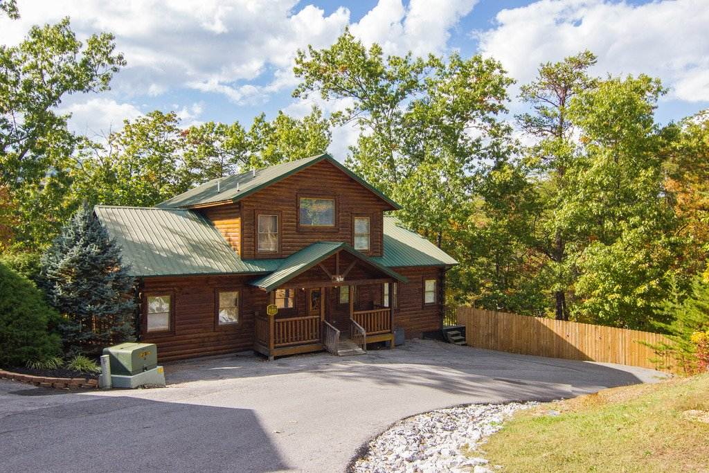 Photo of a Pigeon Forge Cabin named Bear Mountain Lodge - This is the second photo in the set.