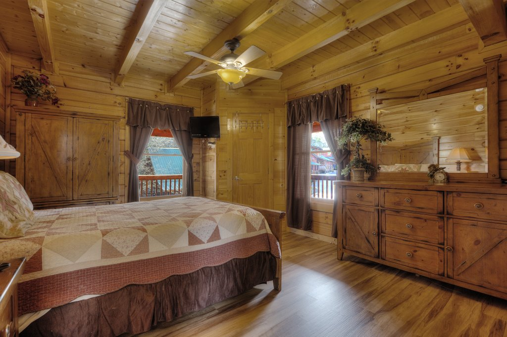 Photo of a Pigeon Forge Cabin named Blackberry Lodge - 402 - This is the thirty-second photo in the set.