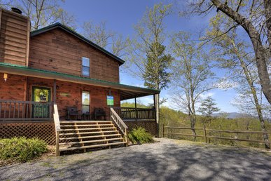Smoky Mountain 2 Bedroom Chalet with Jacuzzi and Hot Tub, Close to Dollywood