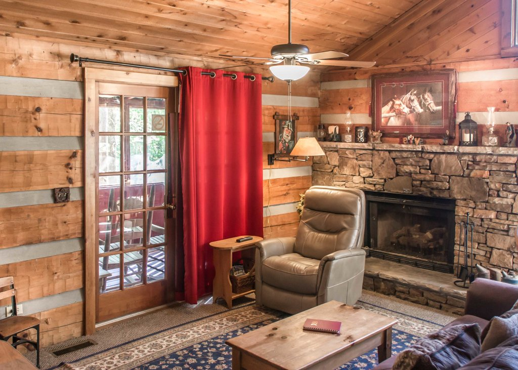 Photo of a Pigeon Forge Cabin named Suits Us - This is the second photo in the set.