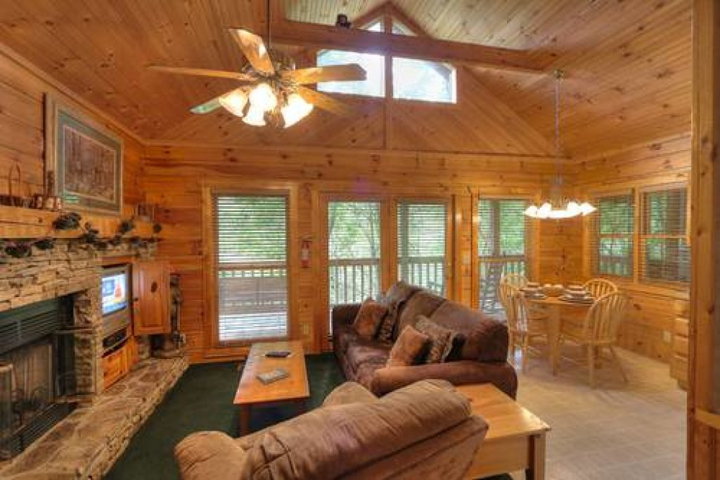 Photo of a Pigeon Forge Cabin named Cabin Fever - 117 - This is the twenty-first photo in the set.