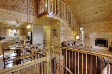 Lovely Mountaintop cabin with views overlooking Pigeon Forge