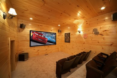 3 Bedroom Theater Room Cabin - Close To Downtown
