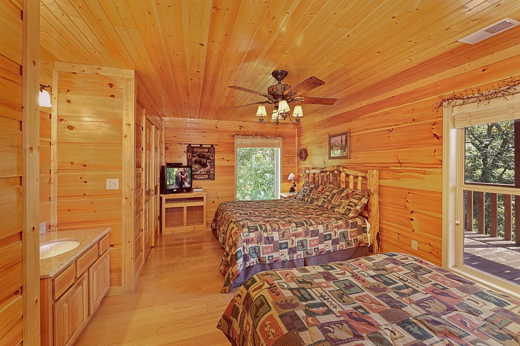 Photo of a Gatlinburg Cabin named Big Bear Lodge - This is the sixteenth photo in the set.