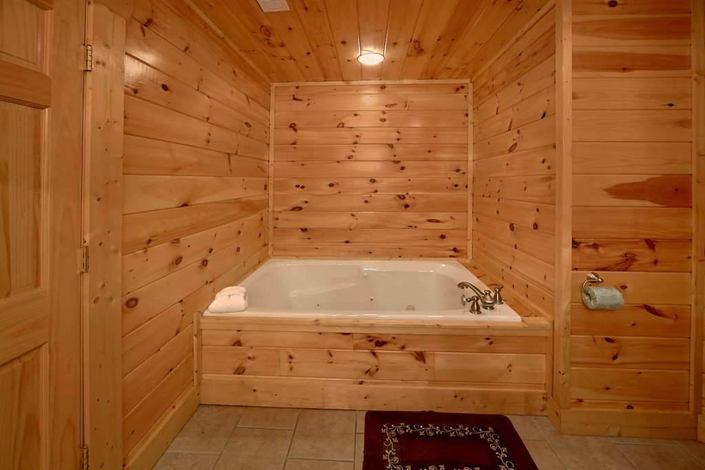 Photo of a Sevierville Cabin named Swimming In Paradise - This is the twentieth photo in the set.