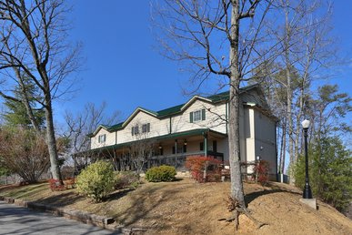 Beautiful, Rustic, Five Bedrooms & Baths, Deck, Resort Pool, Sleeps 22