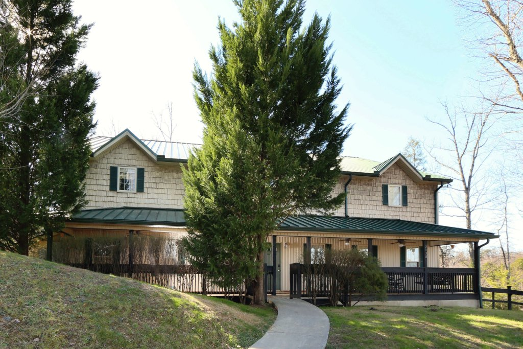 Photo of a Pigeon Forge Cabin named Oak Tree Lodge (#3) - This is the first photo in the set.