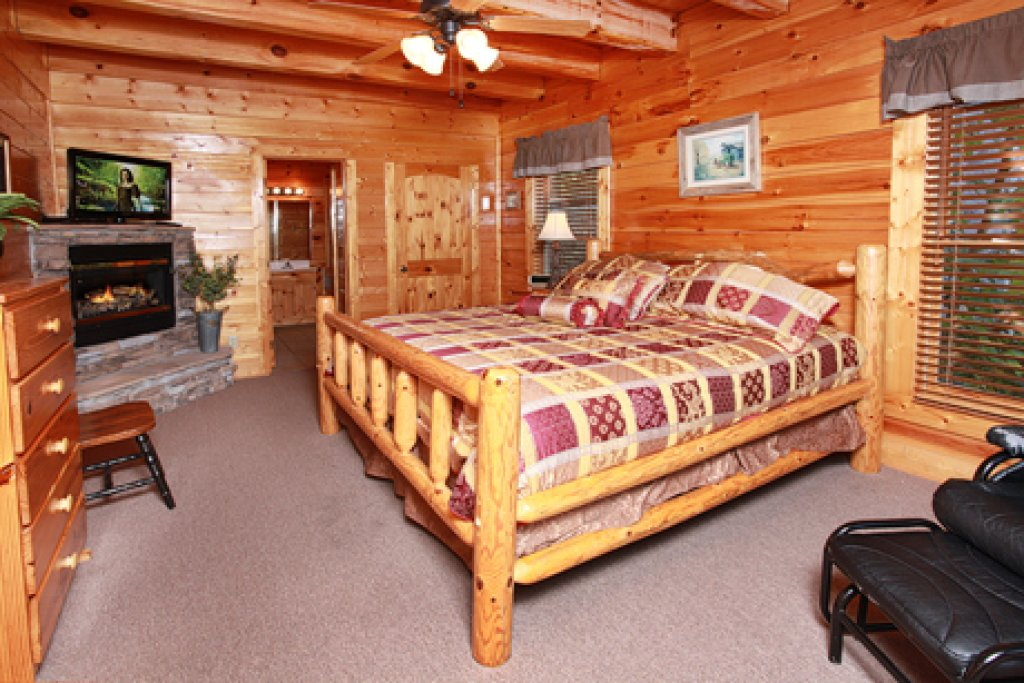 Photo of a Pigeon Forge Cabin named Hullabaloo - This is the eighteenth photo in the set.