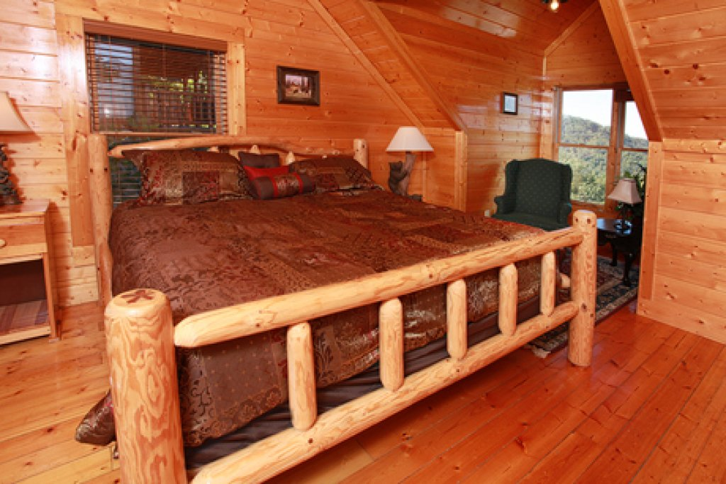 Photo of a Pigeon Forge Cabin named Hullabaloo - This is the twentieth photo in the set.
