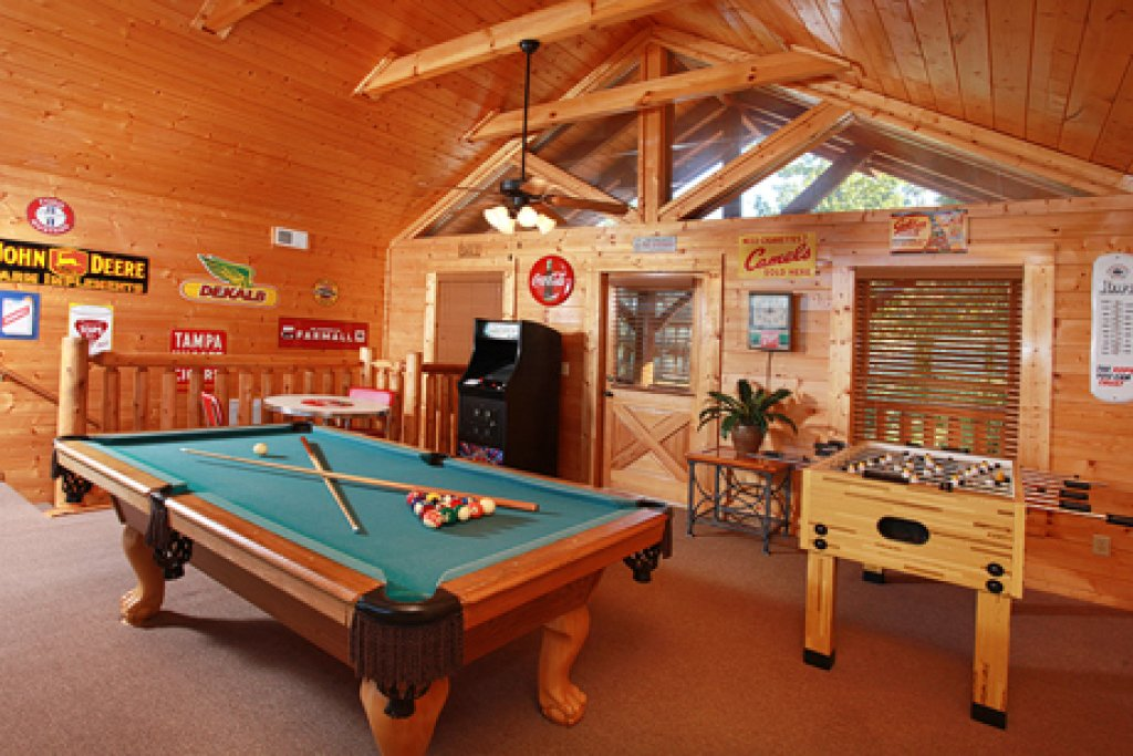 Photo of a Pigeon Forge Cabin named Hullabaloo - This is the eighth photo in the set.