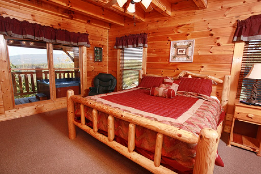 Photo of a Pigeon Forge Cabin named Hullabaloo - This is the sixteenth photo in the set.