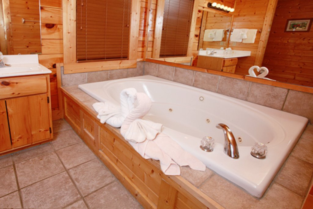Photo of a Pigeon Forge Cabin named Hullabaloo - This is the twenty-first photo in the set.