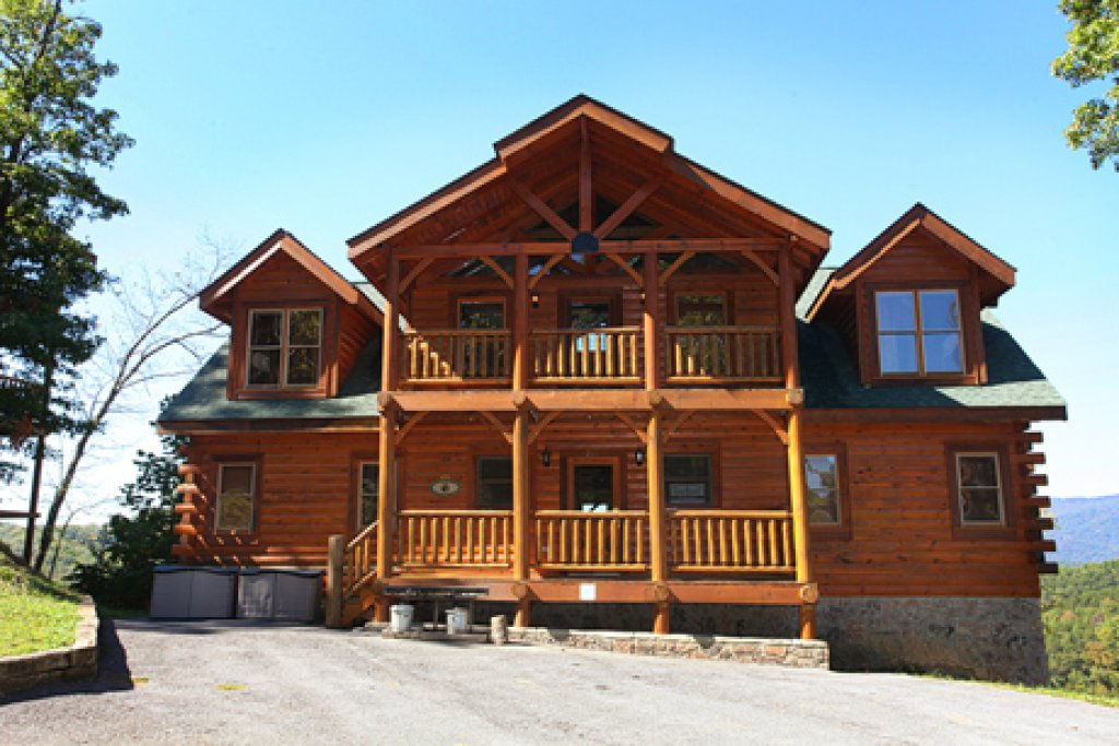 Photo of a Pigeon Forge Cabin named Hullabaloo - This is the second photo in the set.