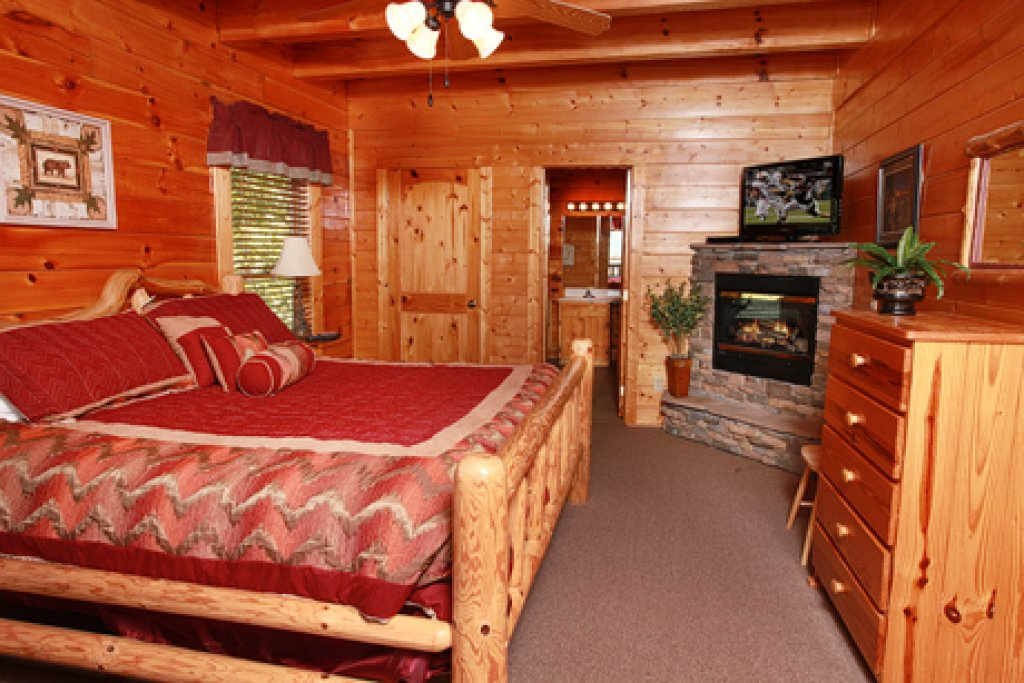 Photo of a Pigeon Forge Cabin named Hullabaloo - This is the thirteenth photo in the set.