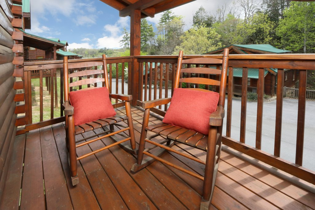 Photo of a Pigeon Forge Cabin named Snow Bear - This is the third photo in the set.