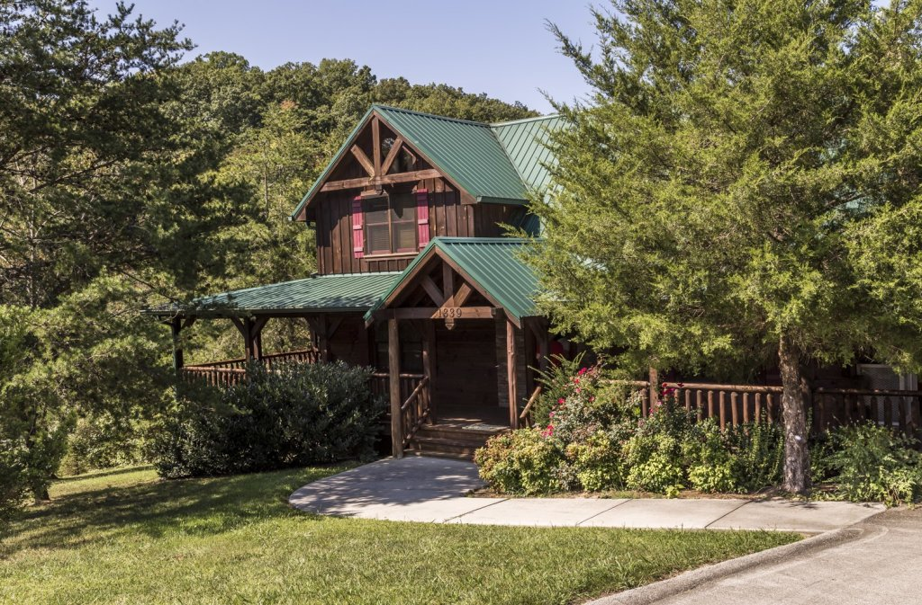 Photo of a Pigeon Forge Cabin named Owlpine Lodge - This is the first photo in the set.