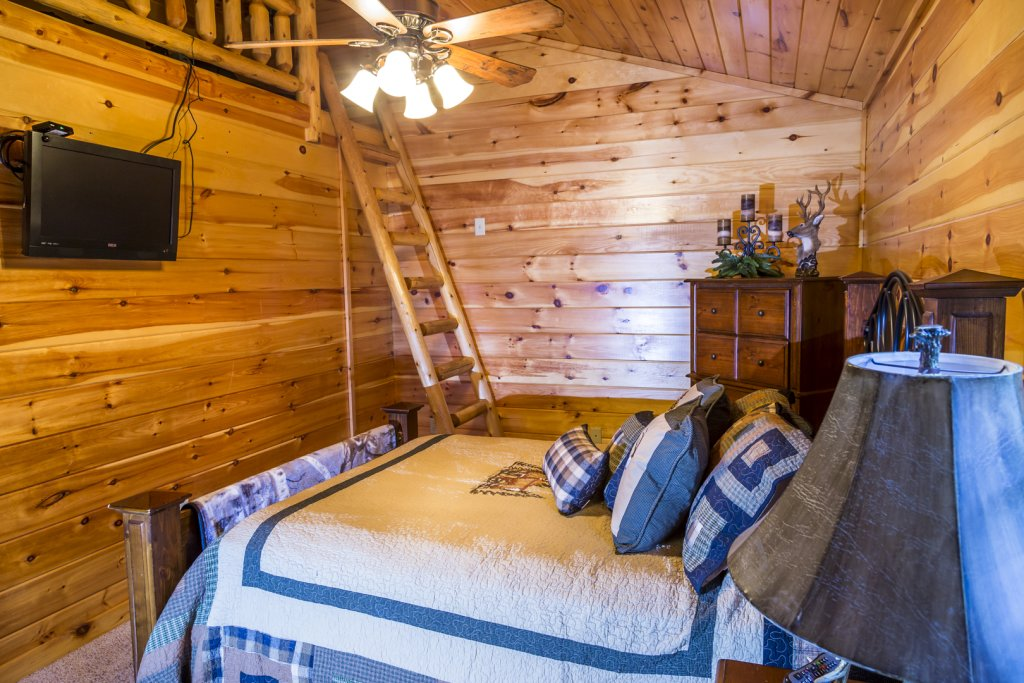 Photo of a Pigeon Forge Cabin named Owlpine Lodge - This is the twenty-eighth photo in the set.