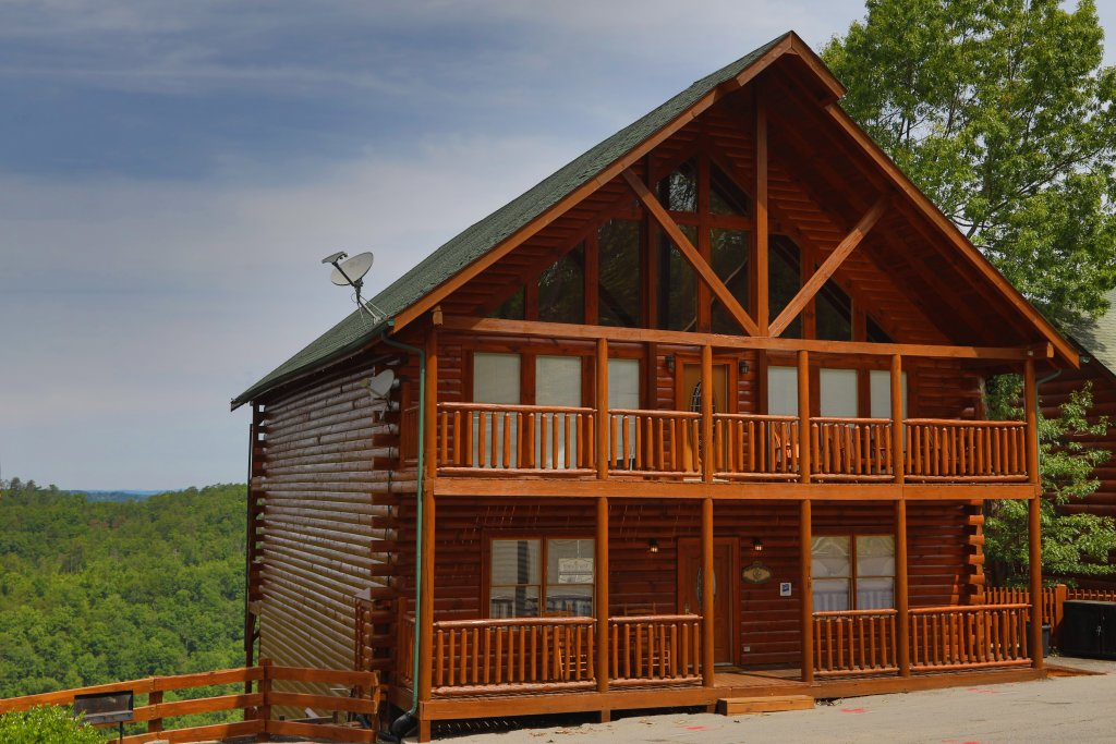 Photo of a Pigeon Forge Cabin named Majestic Mountain Pool Lodge - This is the fourteenth photo in the set.