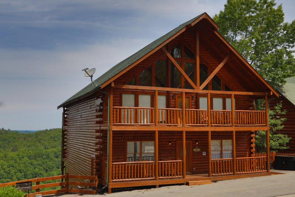 Photo of a Pigeon Forge Cabin named Majestic Mountain Pool Lodge - This is the eleventh photo in the set.