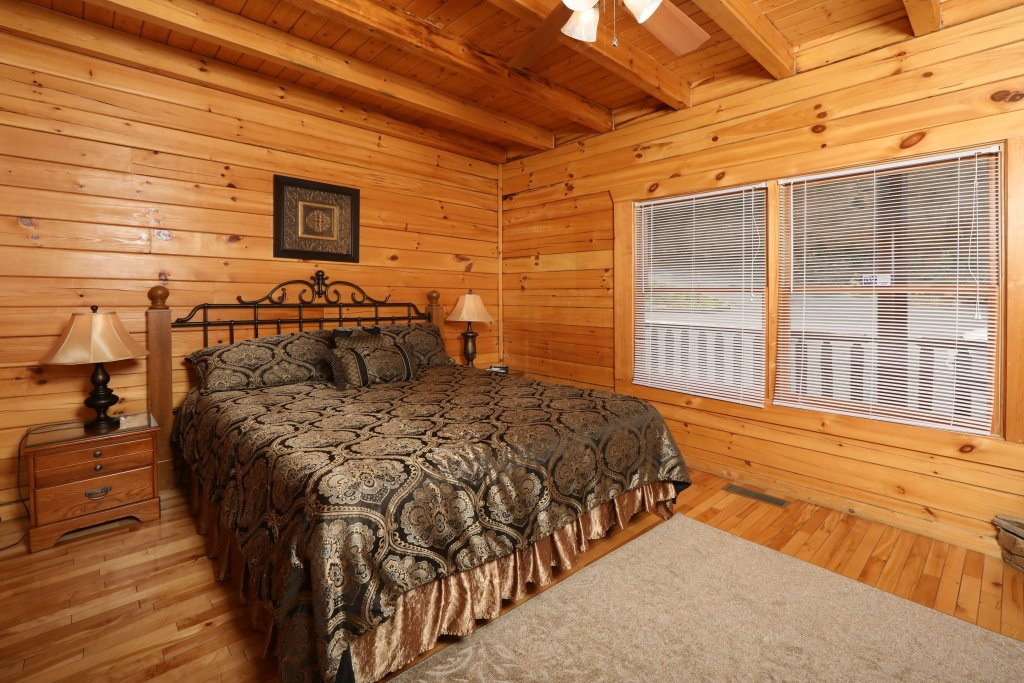 Photo of a Pigeon Forge Cabin named Majestic Mountain Pool Lodge - This is the thirty-second photo in the set.