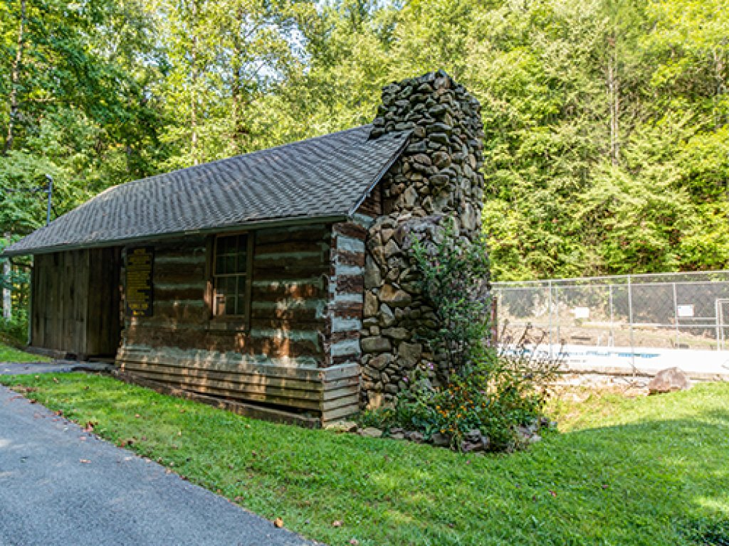 Photo of a Gatlinburg Cabin named The 19th Hole - This is the twenty-seventh photo in the set.