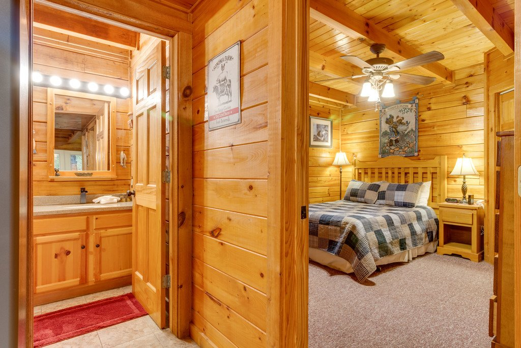 Photo of a Gatlinburg Cabin named Beary Comfy - This is the nineteenth photo in the set.