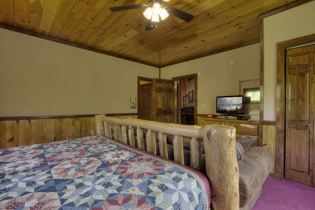 Photo of a Gatlinburg Cabin named Majestic Waters #575 - This is the twenty-eighth photo in the set.