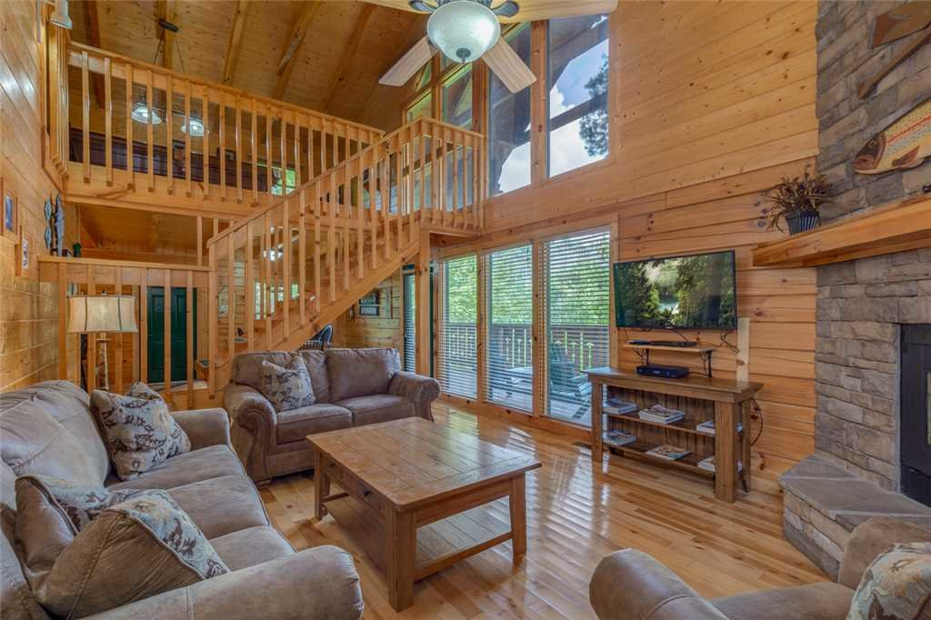 Photo of a Gatlinburg Cabin named Moonshine Run - This is the first photo in the set.