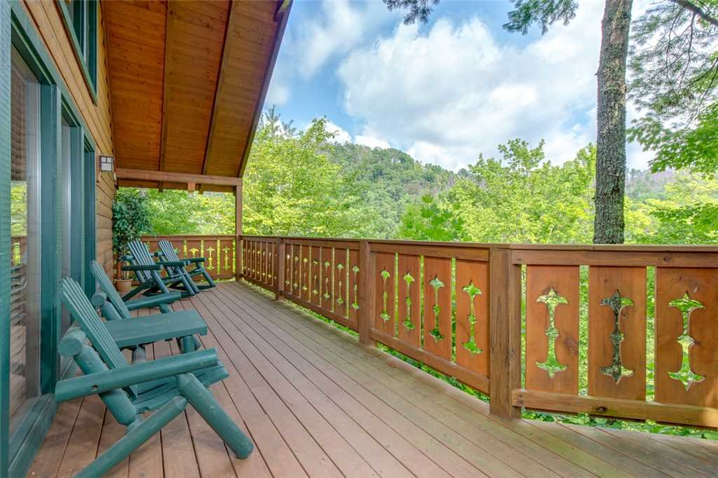 Photo of a Gatlinburg Cabin named Moonshine Run - This is the third photo in the set.