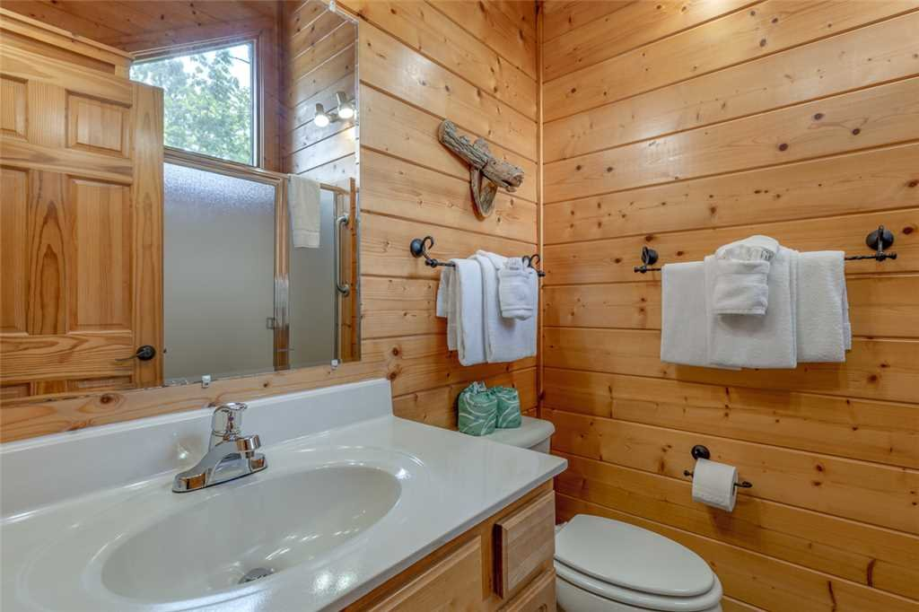 Photo of a Gatlinburg Cabin named Moonshine Run - This is the fourteenth photo in the set.